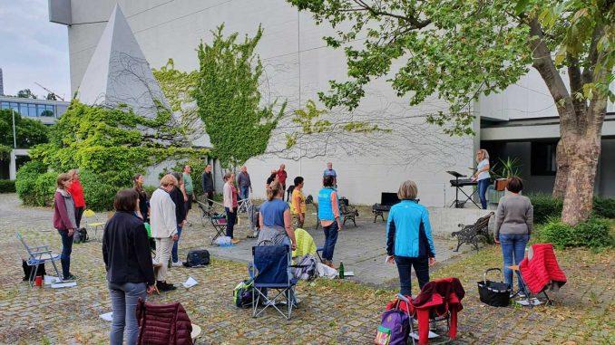 Chorprobe im Innenhof von Peter & Paul Schweinfurt