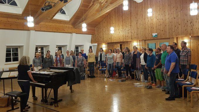 Chorprobe im Kammermusiksaal der Bayerischen Musikakademie in Hammelburg