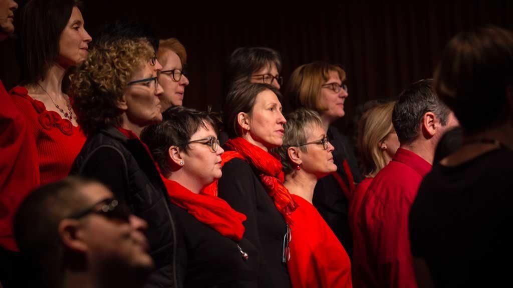 Ein paar Sängerinnen des Thalia Chor von der Seite