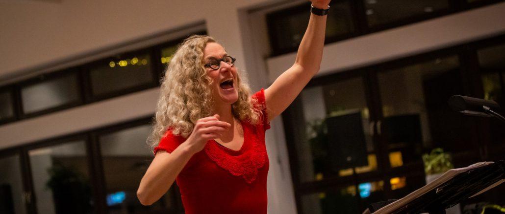 Monika Oser beim Dirigieren mit vollem Einsatz