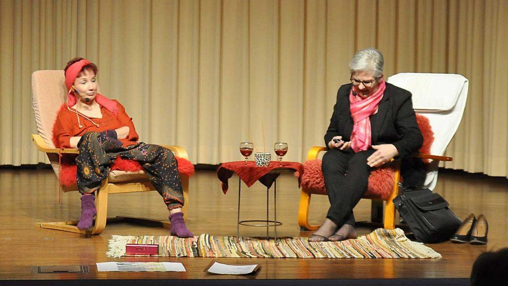 Zwei Schauspielerinnen der Theaterkracken Schwebheim auf der Bühne des Augustinum Schweinfurt