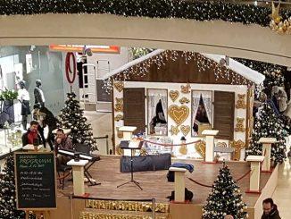 Bühne für das Weihnachtsprogramm der Stadtgalerie Schweinfurt umgeben von viel weihnachtlicher Dekoration